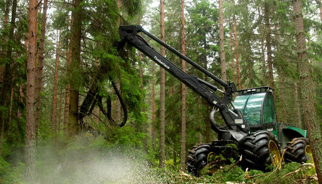 Den store verden former hverdagen selv her ute. Maskiner laget i fjerne land høster nå rikdommen fra de dype skogene. (Foto: www.colourbox.no)