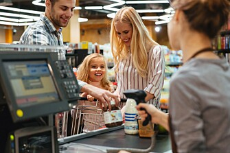 Dynamic labelling also enhances food safety. The register's reader can prevent an item from being sold if the use-by date has passed. (Illustration photo: Colourbox)