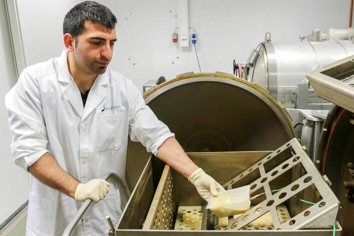 Forsker Baris Ates tilsatte Listeria i fiskesuppe for å teste om de ville bli drept med Shaka-teknologi. Svaret var ja, og forskningen dokumenterte at Shaka-autoklaver er like sikre som vanlige autoklaver. (Foto: Lidunn M. Boge/Nofima)