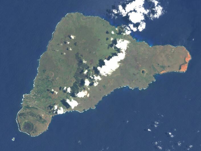 Påskeøya, også kalt Rapa Nui, sett fra verdensrommet. (Foto: NASA Earth Observatory)