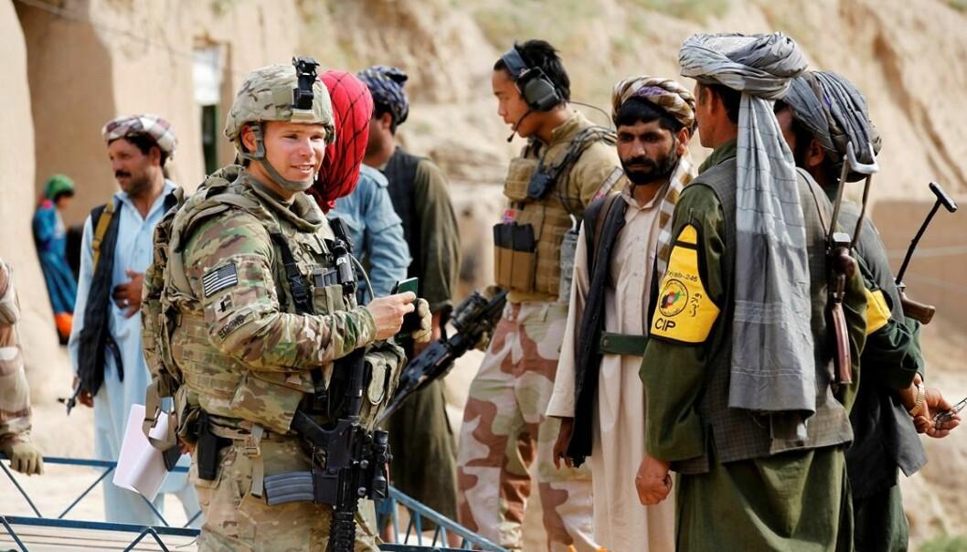 Soldater på patrulje i Dowlatabad i Faryab-provinsen, Afghanistan.  (Foto: Torbjørn Kjosvold/Forsvarets mediesenter)