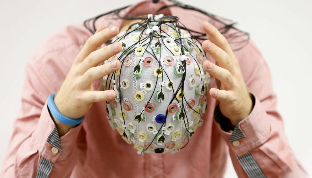 Om du trodde et fly må styres med ror og spak, tok du feil. Nå kan man snart kunne kontrollere fly ved hjelp av hjerneimplulser og en fargerik caps. Elektroencefalografi (EEG) er en metode for å registrere hjernens elektriske aktivitet. Gjennom elektrodene på capsen måles aktiviteten i hjernen på piloten. Forskere fra de tekniske universitetene i München og Berlin vil bruke signalene fra hjernen til å utføre handlinger som å styre et fly. Målet er, ifølge forskerne, å bidra til økt flysikkerhet og redusere pilotens arbeidsmengde.  (Foto: REUTERS, Michaela Rehle)