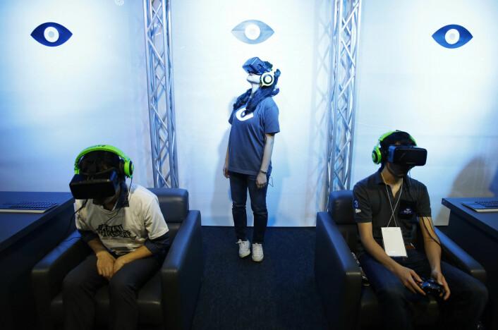 Her prøver ivrige entusiaster ut Oculus Rift Developement kit 2 i Tokyo Game Show 2014. Rundt 400 bedrifter og organisasjoner deltok her med ny teknologi i september. (Foto: REUTERS, Yuya Shino)