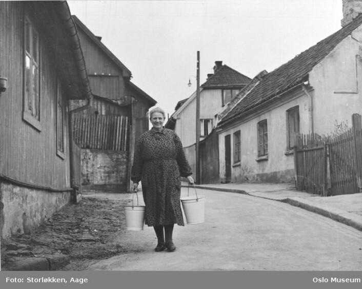 Vannbæring på Enerhaugen. Svært få av beboerne hadde innlagt vann. Ca. 1950. (Foto: Aage Storløkken)