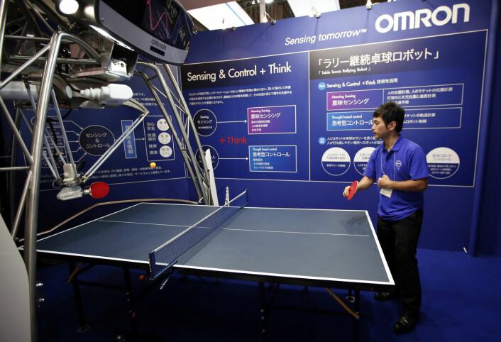 Den japanske roboten Omron Corp fornemmer motstanderens posisjon og hvor han plasserer ballen. Roboten kalkulerer ballens bevegelser ved hjelp av 3D-teknologi, for så å bestemme timingen og kraften av tilbakeslaget. (Foto: REUTERS, Issei Kato)