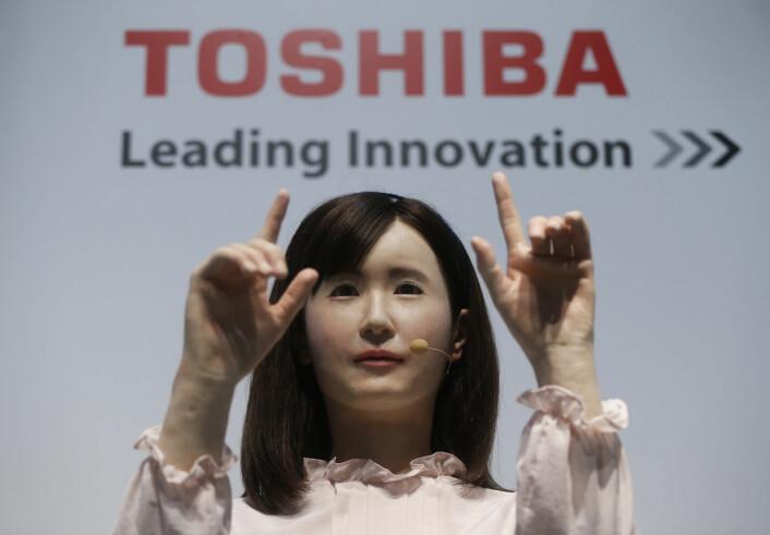 Toshiba Corp demonstrerer her kommunikasjonsandroiden med navnet Ms. Aiko Chihira. Hun kan bruke tegnspråk og introdusere seg selv. Den smarte roboten ble presentert på teknologimessen Combined Exhibition of Advanced Technologies (CEATEC), der over 500 selskaper stilte ut sine verk. (Foto: Issei Kato, Scanpix)
