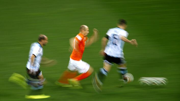 Den nederlandske fotballspilleren Arjen Robben satte uoffsiell verdensrekord i spurt med ball da Nederland slo Spania i VM i sommer. Han løp i 37 kilometer i timen, det høyeste FIFA har registrert på sine målinger.  (Foto: Scanpix/Reuters)