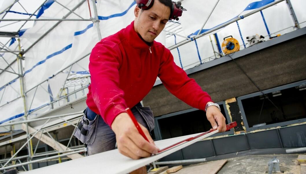 I 2008 søkte 37,4 prosent av Oslo-elevene seg til yrkesfaglige linjer. I 2014 gjorde 28 prosent det samme. Selv om bildet er mer oppløftende andre steder i landet, så er trenden den samme: færre velger yrkesfag, eller faller fra underveis.  (Foto: Scanpix/Samfoto, Jens Sølvberg)