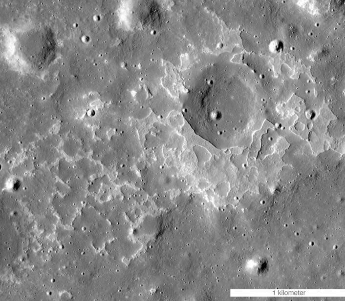 """Tydelige spor etter vulkansk aktivitet på Månen, sier ekspertene. Utbruddet skjedde for """"bare"""" 100 millioner år siden. (Bilde: NASA LRO)"""