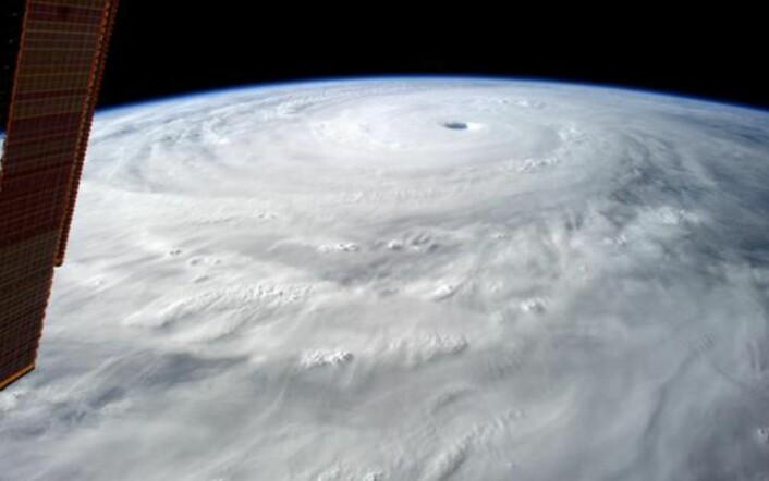 """Vårt utsiktsvindu i verdensrommet. Her er tyfonen """"Vongfong"""" sett fra den internasjonale romstasjonen, som går i ca 400 km høyde. (Bilde: NASA)"""