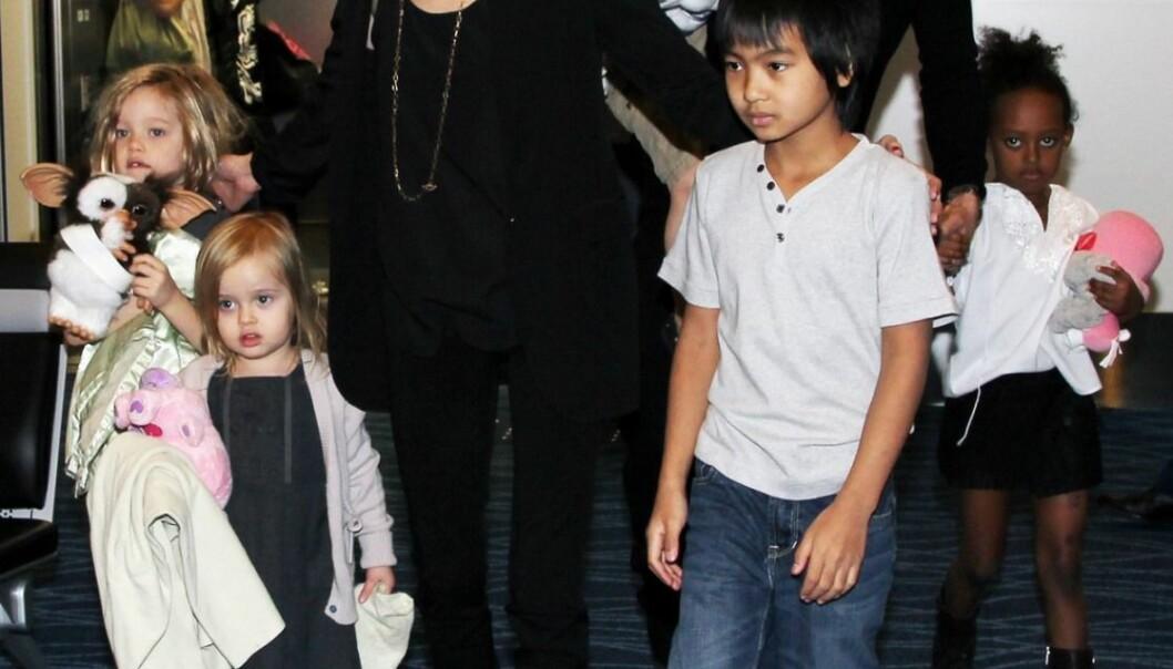 Angelina Jolie har tre adopterte barn - Maddox Chivan fra Kambodsja, Zahara Marley fra Etiopia og Pax Thien fra Vietnam. Brad Pitt har ikke offisielt adoptert de tre eldste barna, disse er adoptert av Jolie alene. De har også tre biologiske barn, Shiloh Nouvel og  tvillingene Knox Leon og Vivienne Marcheline. Bildet er fra Tokyo i 2011.    (Foto: Scanpix, Zuma Press)