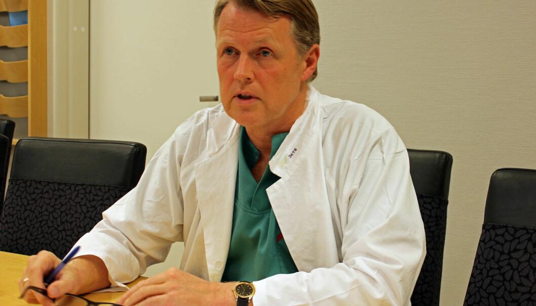 Hjernekirurg Per Kristian Eide angrer på at ikke ordet hjerneblødning står i den skriftlige informasjonen til pasientene. Han sier at saken har vært en betydelig belastning. (Foto: Anne Lise Stranden)