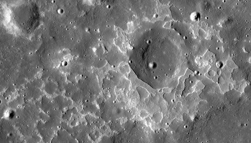 Dette er en av mange nyoppdagede vulkanske steinforekomster på månen. Dette eksempelet ligger nært krateret Maskelyne, 4.330ºN, 33.750ºE) (Foto: NASA/GSFC/Arizona State University)