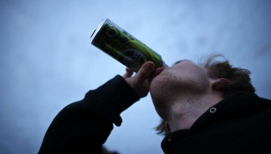 Stordrikkerne blir færre når det totale alkoholkonsumet går ned blant ungdom. - Det betyr at det kan være hensiktsmessig å rette forebyggende tiltak mot alle ungdommer, ikke bare mot dem som drikker mest, sier Geir Scott Brunborg, forsker i Sirus.  (Foto: Scanpix, Kyrre Lien)