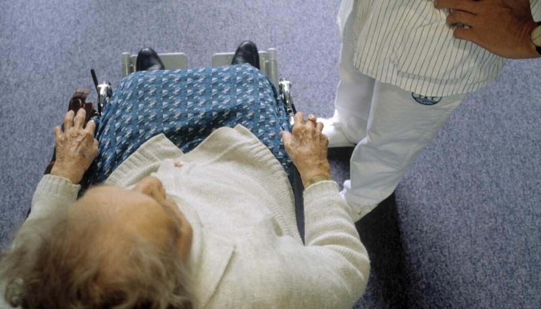 Samhandlingsreformen har ført til kortere liggetid på sykehus for de eldre. Det er en villet utvikling, men forskere mener samarbeidet mellom de ulike helseinstitusjonene i eldreomsorgen må bli bedre.  (Foto: Scanpix, Kirsten Bille)