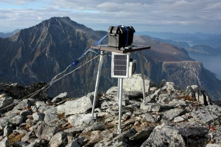 I et og et halvt år skal kameraene på toppen av Gråfonnfjellet overvåke fjellsidene. Hver fjerde time blir det tatt et nytt bilde. (Foto: Freddy Yugsi Molina, NGU)