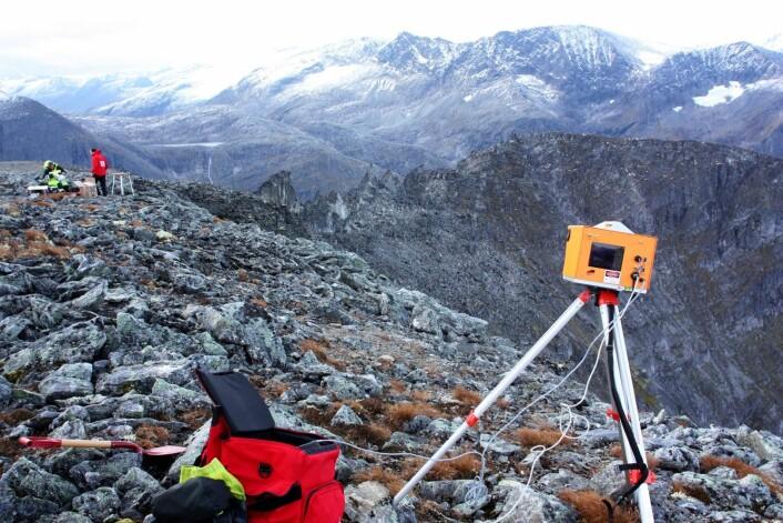 Avansert laserteknologi (LIDAR) tas i bruk for å kartlegge terrenget i fjellsidene før og etter forskningsperioden. (Foto: Freddy Yugsi Molina, NGU)