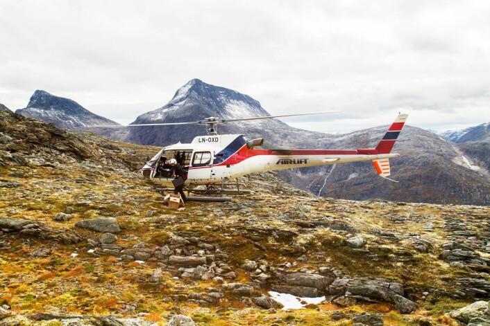 Geologene måtte ta helikopter til hjelp for å få monterte kameraene som skal overvåke fjelleskredene fra Gråfonnfjellet. (Foto: John Anders Dahl, NGU)