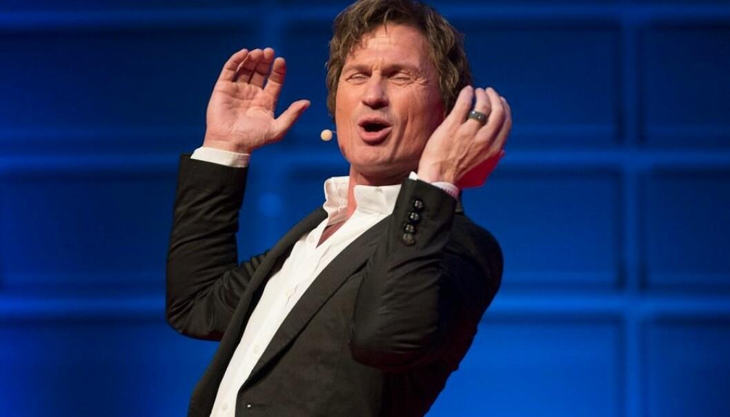 """Petter Stordalen lærte business under en gul Solo-parasoll på torget i Porsgrunn. """"For meg er lukta av jordbær for alltid forbundet med lyden av penger i kassa"""", sier han. Ny forskning viser at han er et unntak. Rike entreprenører starter med mer noen kasser jordbær eller to reveskinn.  (Foto: Maja Suslin, Scanpix)"""