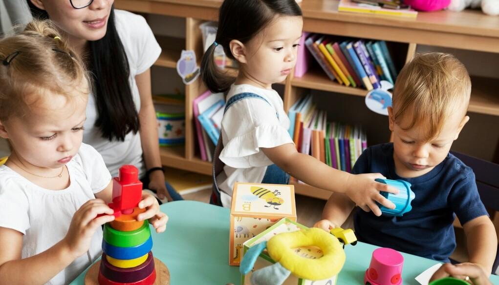 – De fleste kommunene vi snakket med, både de som er styrt av venstresiden og høyresiden, ønsker sterkere virkemidler for å styre private barnehager, sier forsker Bjørn Arthur Brox. (Illustrasjon: Rawpixel.com / Shutterstock / NTB scanpix)