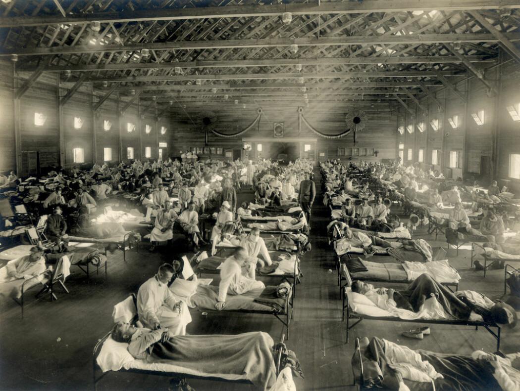 "Ny historieforskning kaster nytt lys over hvordan spanskesyken rammet USA. Bildet viser pasienter med influensaen ved et midlertidig sykehus ved Camp Funston i Kansas 1918. (Foto: <a href=""https://www.flickr.com/photos/medicalmuseum/3300169510/"">Otis Historical Archives Nat'l Museum of Health &amp; Medicine, CC BY 2.0</a>)"