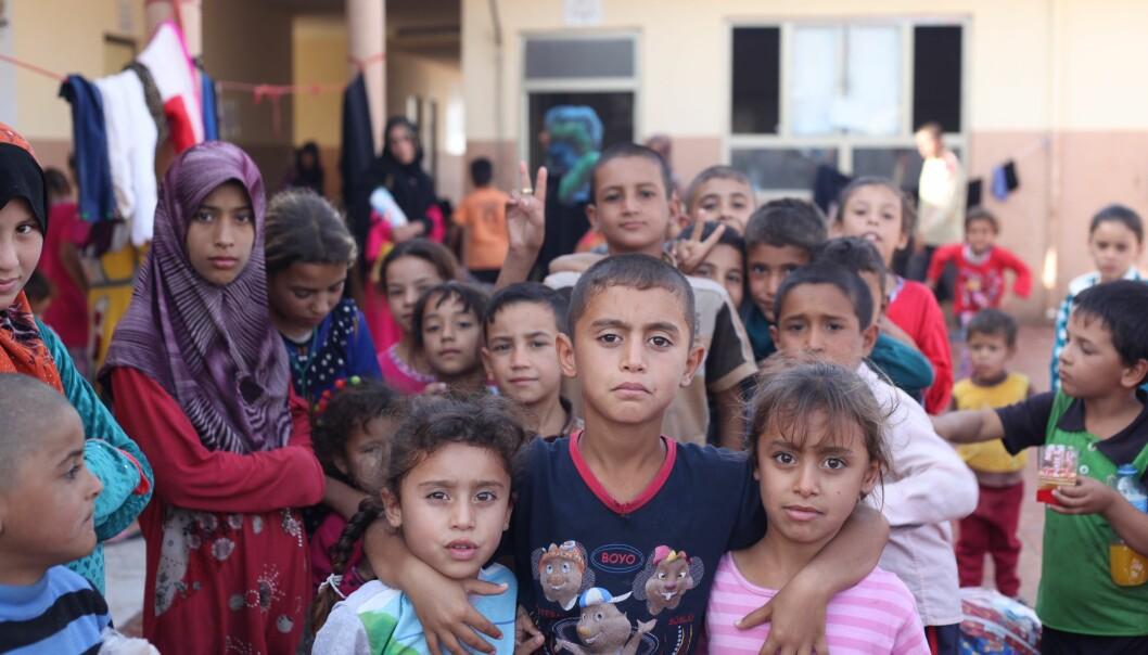 Sivilbefolkningen i Mosul startet en uorganisert boikott av det nye skolesystemet til IS. En stor del av foreldrene boikottet prosjektet. De sendte ikke barna sine på skolen, fordi de mente at IS sin undervisning var stikk i strid med deres egne verdier. Mathilde Becker Aarseth møtte mange barn i flyktningeleire i 2016 som var fordrevet med familiene sine fra Mosul og landsbyene rundt. (Foto: Mathilde Becker Aarseth)