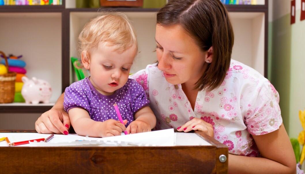 Mer enn halvparten av barne- og ungdomsarbeidere jobber i barnehager. Det varierer imidlertid sterkt hvor mye vekt barnehagelederne legger på fagbrev ved ansettelser. (Foto: Microstock)