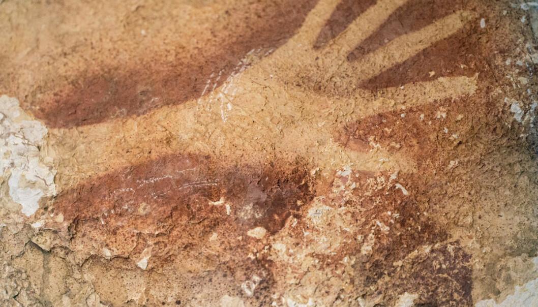Håndstensil fra hulen i Indonesia. Kunstverket er sannsynligvis mer enn 40 000 år gammelt. (Foto: Kinez Riza)