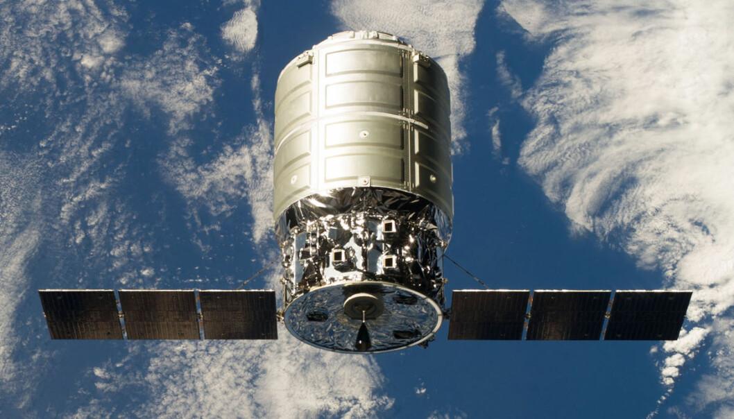 Lastefartøyet Cygnus kobles sammen med romstasjonen 29. september 2013. Etter denne første prøveferden har Cygnus gjennomført to kommersielle ferder med nyttelast. (Foto: NASA)