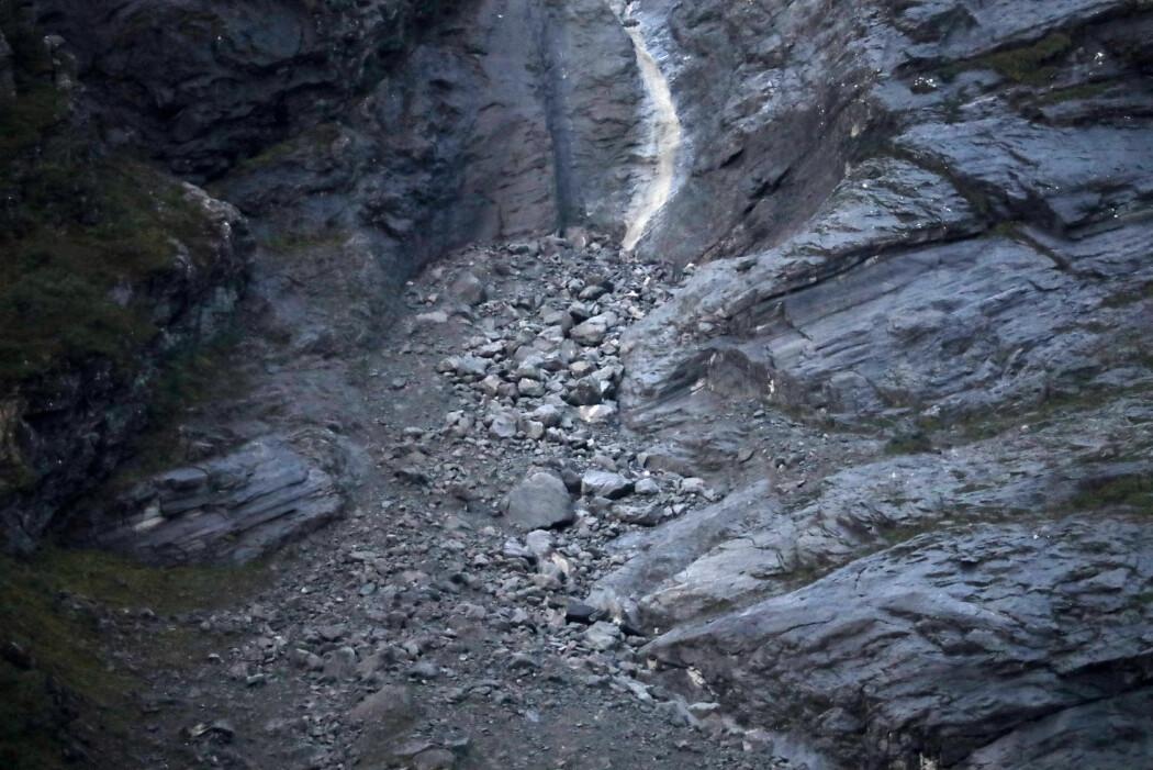 Området ved Veslemannen fredag morgen. Det har gått flere steinsprang i løpet av natten. Det var torsdag kveld de første store rasene gikk. (Foto: Ørn E. Borgen, NTB scanpix)