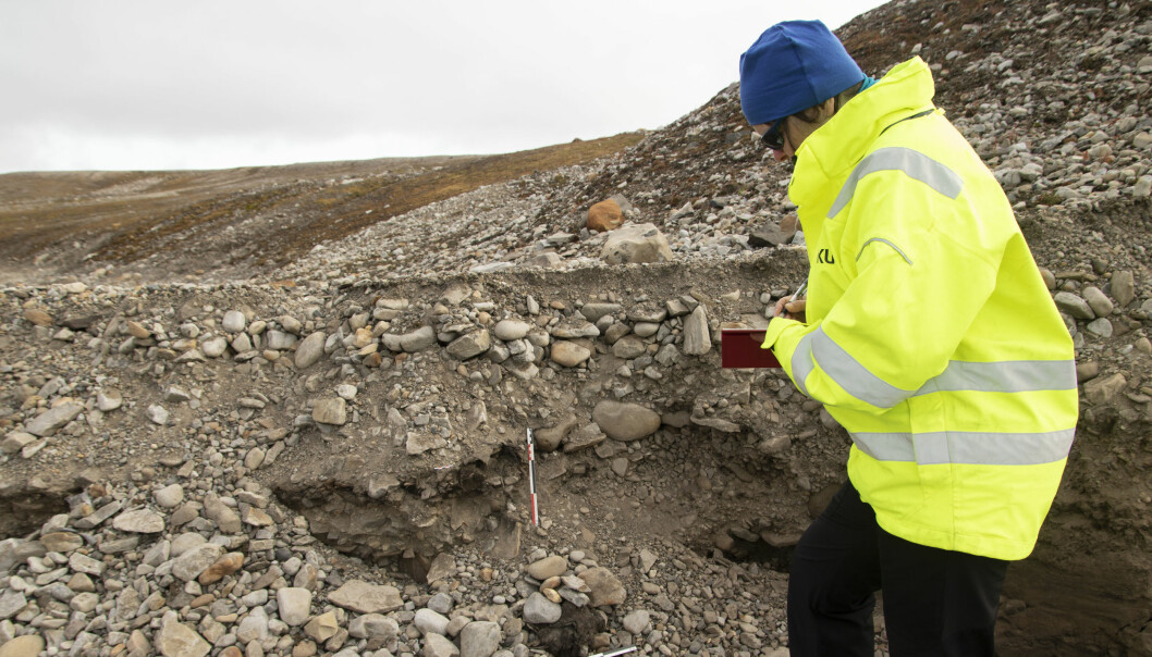 Archaeologist and project manager Vibeke Vandrup Martens at the unknown grave. (Foto: Thomas Wrigglesworth, NIKU)