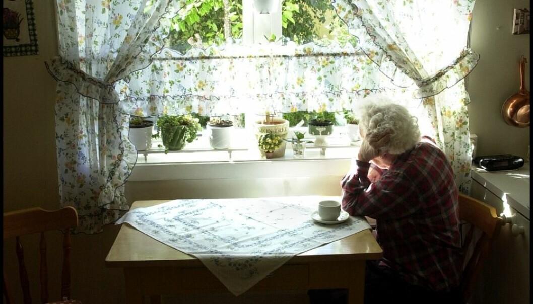 Når den demente flytter ut av hjemmet, sitter ektefellen ganske alene igjen. Helt utslitt, og med mange tanker og følelser. Mange får helseproblemer i denne fasen i livet. (Foto: Tor Richardsen, Scanpix)