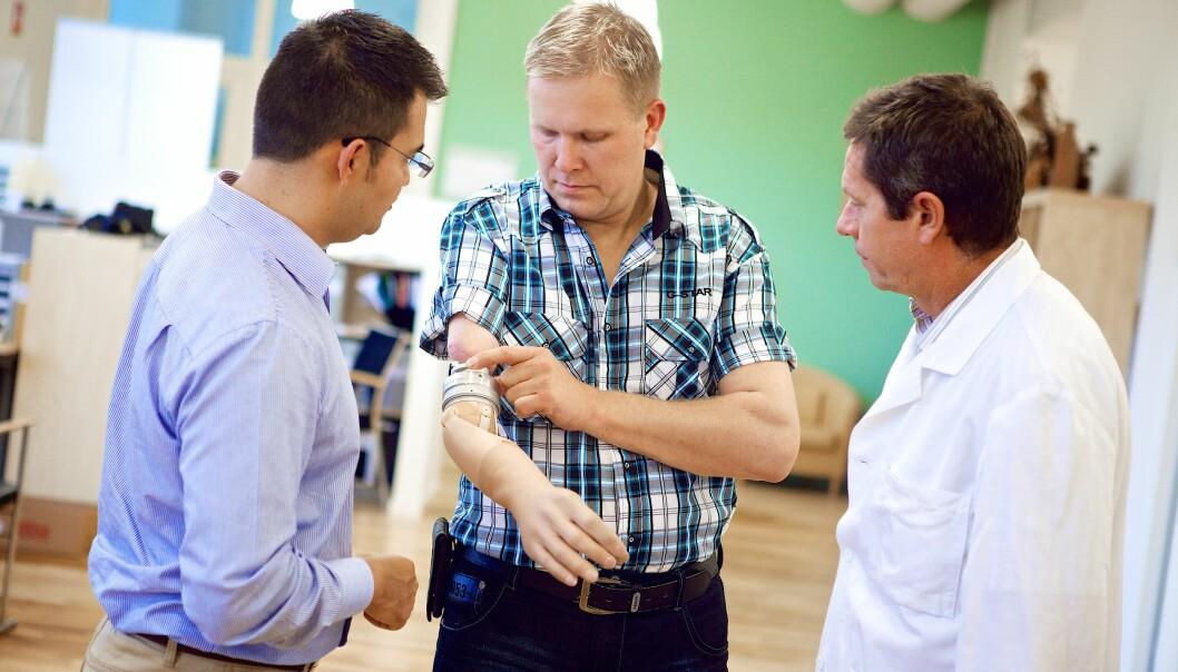 Max Ortiz Catalan (t.h.) og Richard Brånemark sammen med den første pasienten som har fått den beinforankrede protesen. (Foto: Ortiz-Catalan et al., Sci. Trans. Med., 2014)