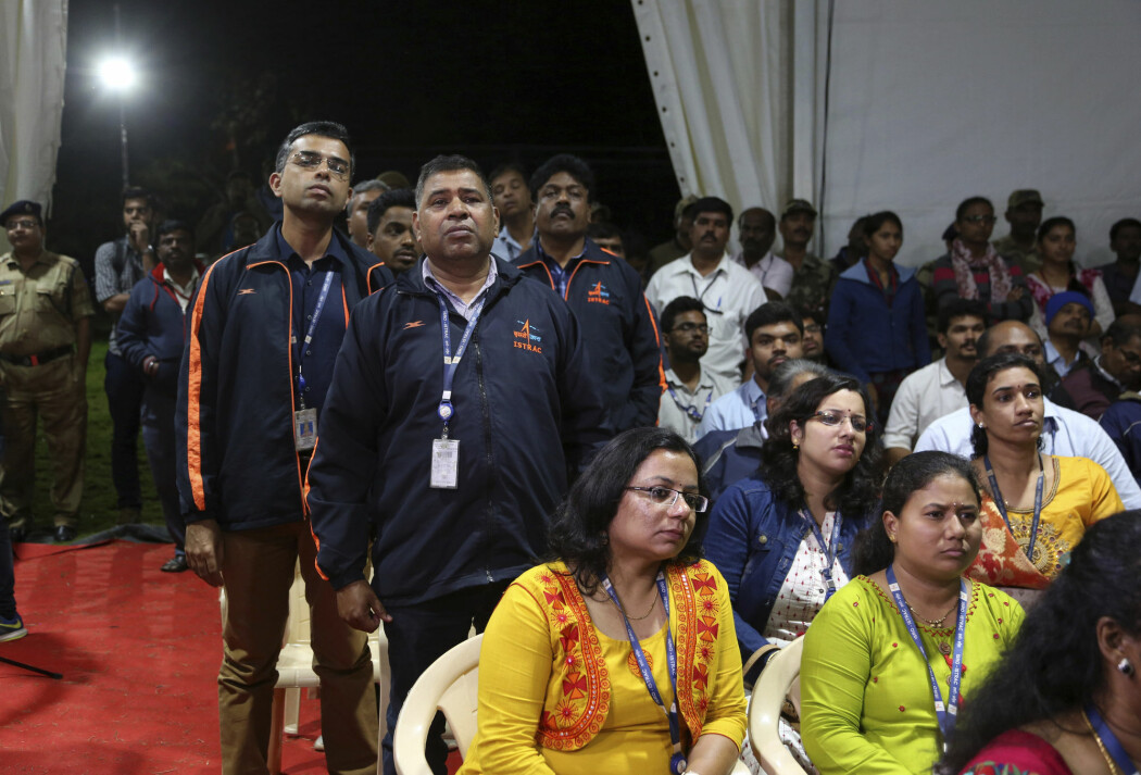 ISRO-ansatte skjuler ikke skuffelsen idet de mottar kunngjøringen fra romfartsorganisasjonens sjef Kailasavadivoo Sivan om at kontakten er tapt med landingsfartøyet Vikram. (Foto: AP, NTB scanpix)