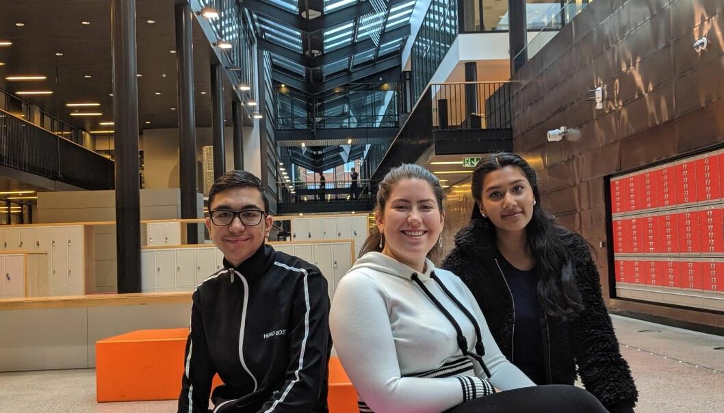 Fra venstre: Danial Khan (18), Ana Maria Jimenez (18) og Vithusiya Vadivelu (18) har vore på speeddate med medelevane sine. – Å bli kjent med folk handlar om å forstå dei. Forstår ein kvarandre, blir det mindre rasisme, seier Jimenez. (Foto: Silje Pileberg)
