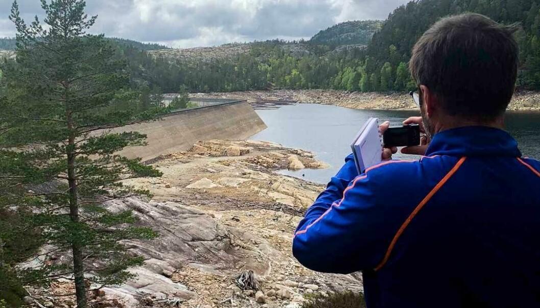 Forskere fra NINA, SINTEF og NTNU var nylig på befaring sammen med Agder Energi i Mandalsvassdraget. (Foto: Kaspar Vereide)