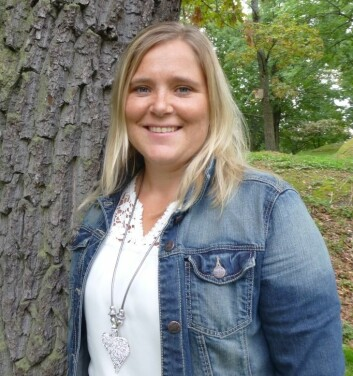 Linne Hege Førsund, stipendiat ved Høgskolen i Buskerud, intervjuer pårørende til demente. Hun mener at mange blir glemt når partneren flytter på institusjon. De blir ensomme og syke.  (Foto: Siw Ellen Jakobsen)