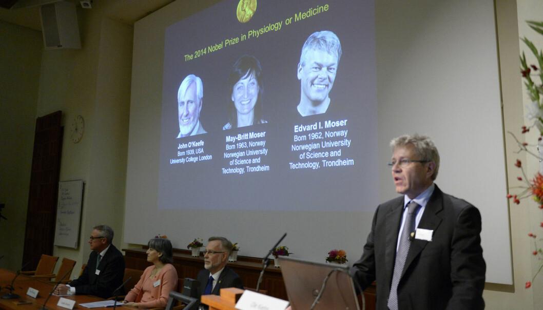 Professor Ole Kiehn fra Karolinska Institutt snakker under kunngjøringen av årets Nobelpris i medisin, som gikk til amerikanskbritiske John O'Keefe og det norske forskerparet  May-Britt og Edvard Moser. (Foto: Epa)