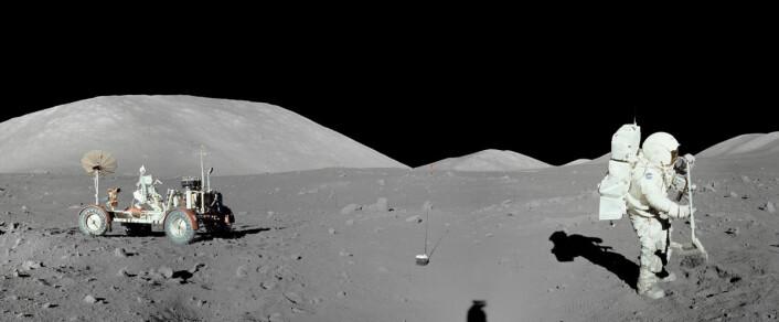 Innsamling av steinprøver under romferden Apollo 17 i Taurus-Littrowdalen. (Foto: NASA)
