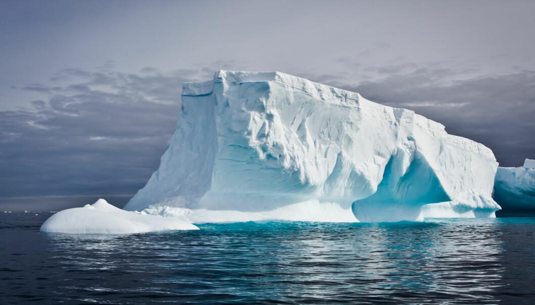 En av årsakene til at havet stiger er is som smelter og renner ut i havet. (Illustrasjon: Volodymyr Goinyk / Shutterstock / NTB scanpix)