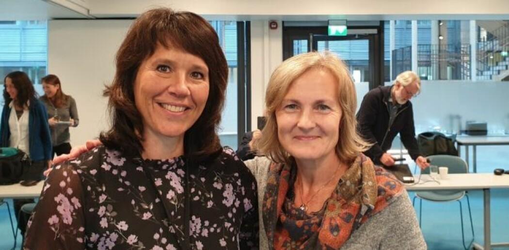Eldbjørg Heimstad (t.h.) overtar vervet som leder i Framsenterets forskningsledergruppe. Anita Evenset (t.v) takker av. (Foto: Helge M. Markusson/Framsenteret)
