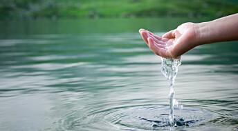 Hvorfor kjenner vi vann som vått på huden?