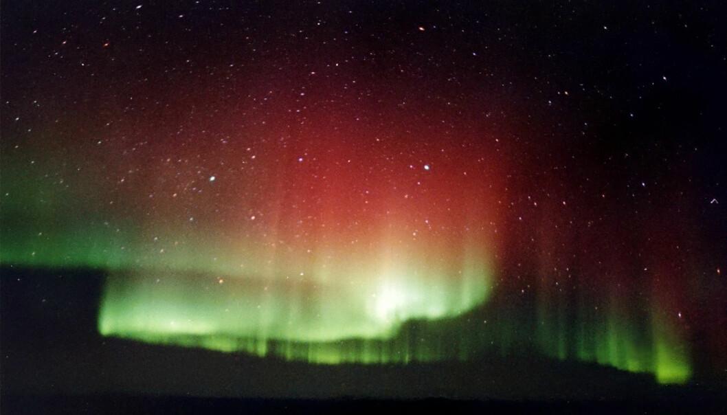 Nordlyset oppstår når elektroner fra utbrudd på sola strømmer gjennom jordas magnetfelt og kolliderer med partikler i atmosfæren. Det røde lyset øverst skyldes kollisjoner med oksygenatomer høyt oppe, mens det grønne, mer kortbølgede lyset lengre nede oppstår når elektronene har større fart, trenger dypere ned og kolliderer med større energi. (Foto: TheBrockenInaGlory, Wikimedia Commons, GNU Free Documentation License)