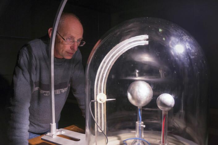 Jean Lilensten har utviklet planeterrellaen, en modell som kan demonstrere nordlys og andre elektriske og magnetiske fenomener i atmorsfæren til planeter og stjerner. Den store kula kan modellere sola, og den lille kula jorda. (Foto: Arnfinn Christensen, forskning.no)
