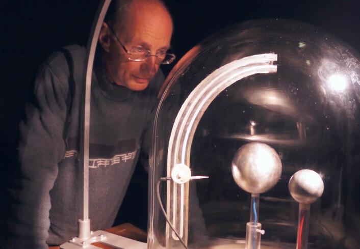 Jean Lilensten og planeterrellaen i Teknisk museum. (Foto: Arnfinn Christensen, forskning.no)