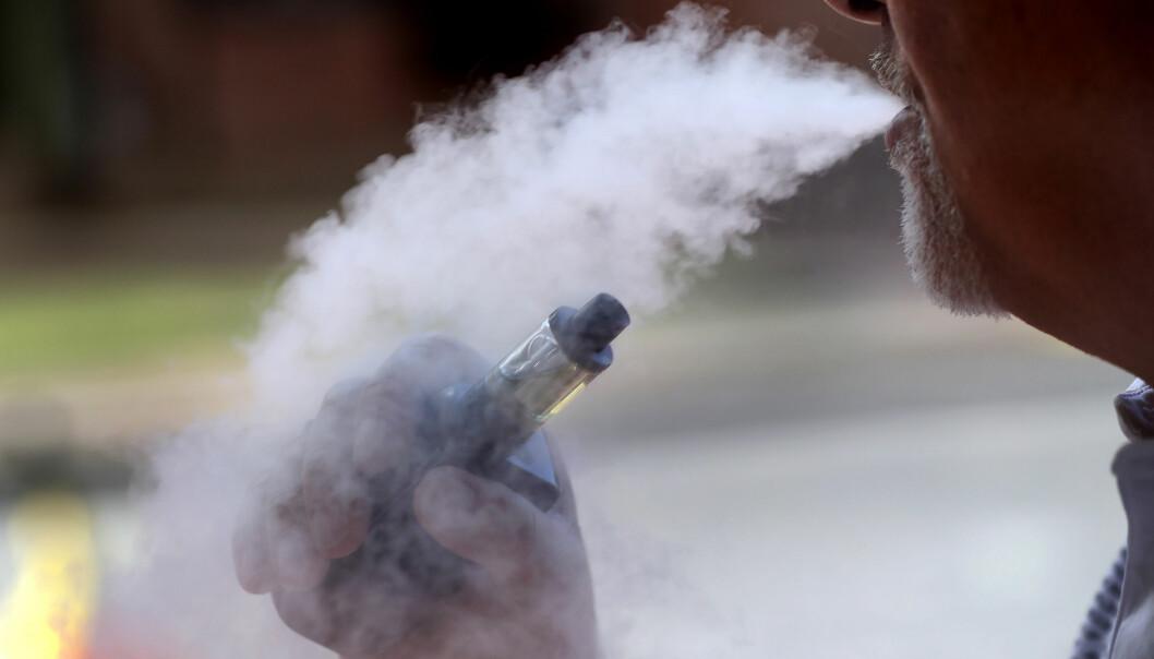 Norske helsemyndigheter følger med på hva man finner ut om årsaken til dødsfallene og de som er blitt syke i USA etter å ha brukt e-sigaretter. I Norge er bruken mindre enn i USA, trolig blant annet på grunn av markedsføringsforbud. (Foto: AP, NTB scanpix)