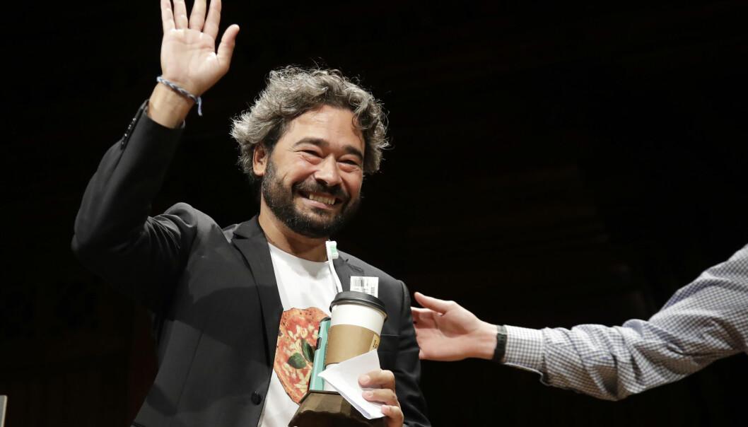 Den italienske forskeren Silvano Gallus vinker etter å ha mottatt Ig Nobelprisen for sin pizzaforskning. (Foto: Elise Amendola, AP, NTB scanpix)