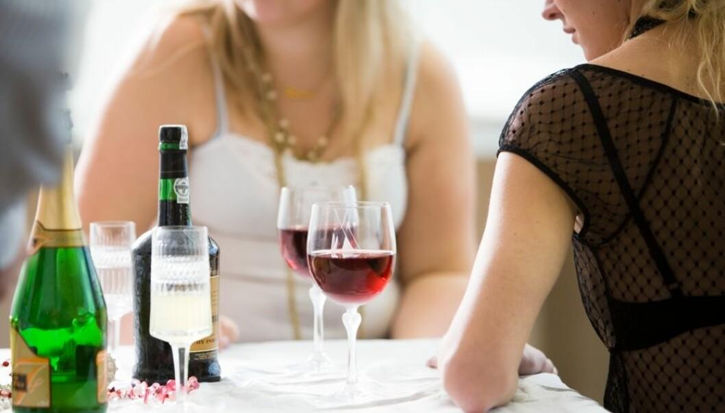 Det er mange farlige ting som kan skje når unge mennesker drikker seg fulle, men når det gjelder risiko for alkoholisme er det som skjer i ung, voksen alder mye viktigere enn det som skjer i tenårene.  (Foto: Colorbox)