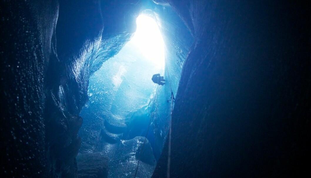 Innsjøer dannes på overflaten av isbreer, for så å dreneres ned i bakken under isen.  (Foto: Sam Doyle)