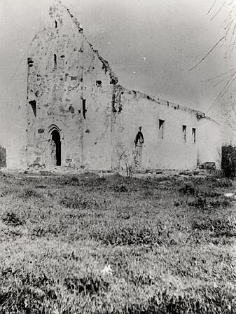 Øyestad kirke i ruiner etter brannen i 1900. (Foto: Riksantikvarens billeddatabase, kulturminnebilder.ra.no.)
